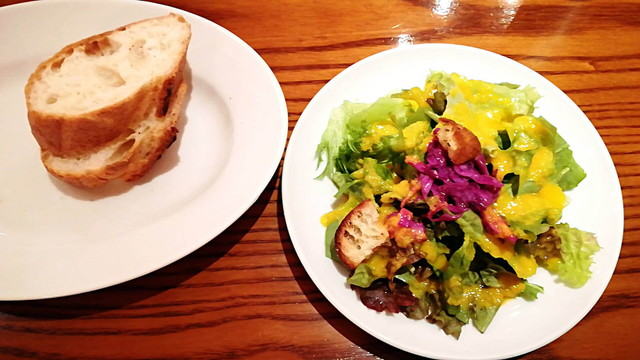 イル ポネンティーノ サラダとパン