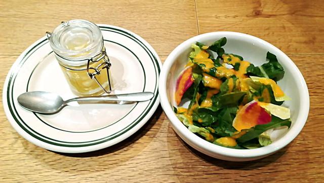 YELLOW MARKSピクルスとサラダ