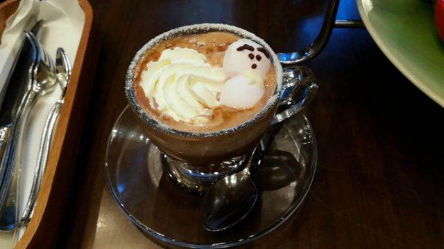 マシュマロ雪だるまの乗ったカフェラテ