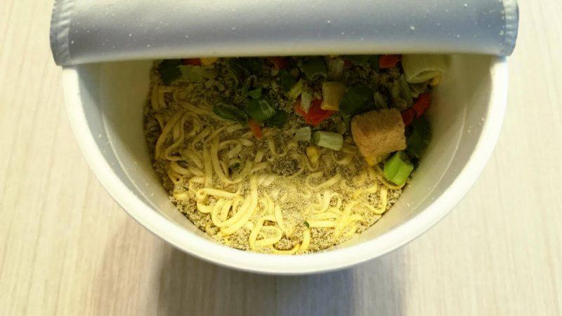 カップヌードル 抹茶仕立ての鶏白湯 麺