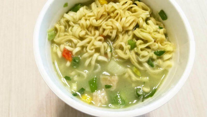 カップヌードル 抹茶仕立ての鶏白湯 お湯を注いだ後のスープ