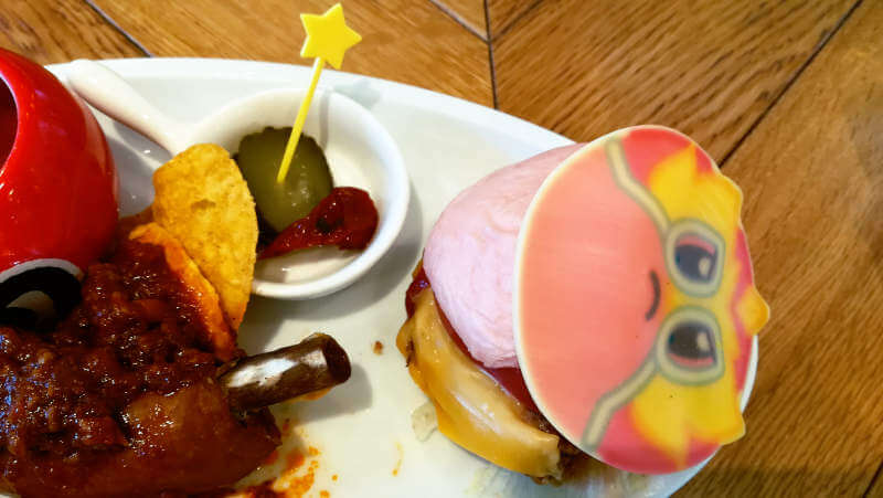 カービィカフェ カービィバーガーはバンズがピンク色!