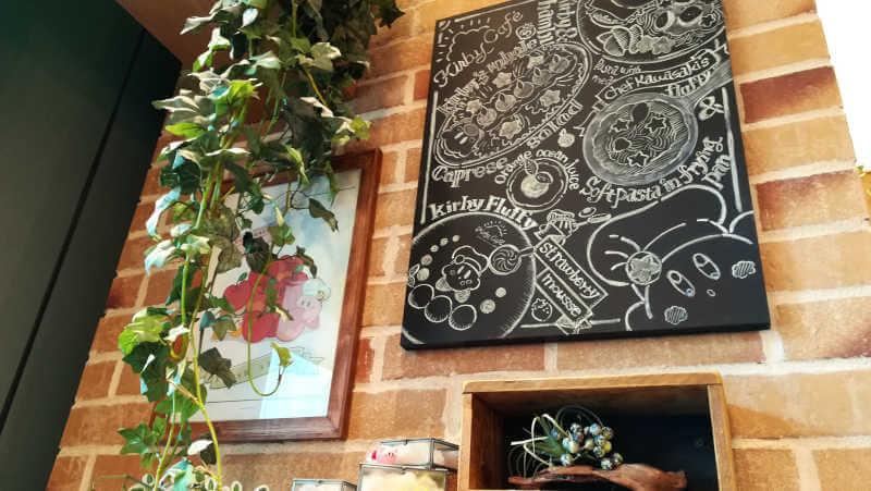 カービィカフェ 壁に飾られた黒板アートは小さくてもクオリティが高い