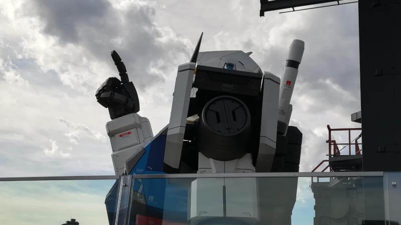 ガンダムファクトリー横浜 RX-78F00 空を指さす横浜ガンダム横から