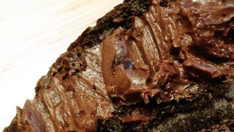 ローソン新商品ゴディバのショコラパン クリームの中のチョコチップ