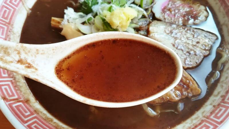 幸楽苑のチョコレートラーメン スープには茶色い油?が浮いてる